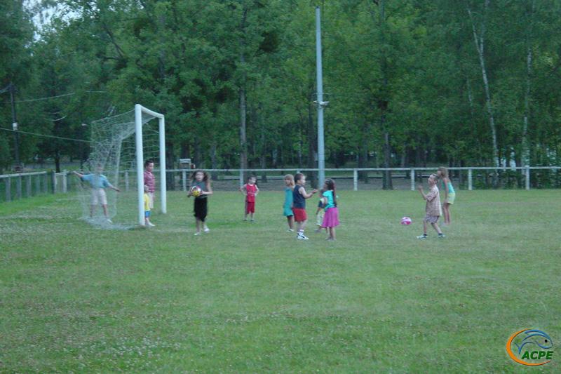 Les enfants sur le terrain de foot