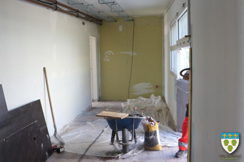 Vue sur l'atelier, avec ouverture d'une porte sur la droite
