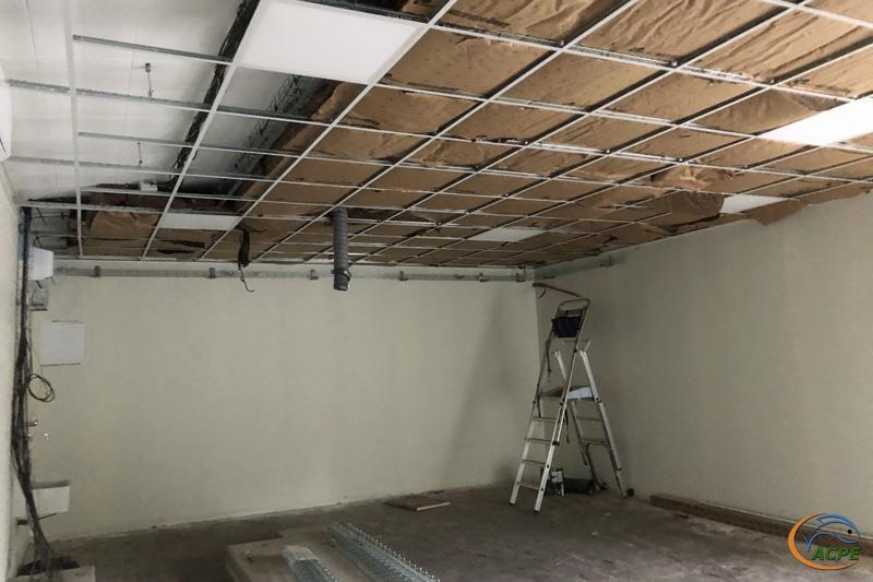 25 Septembre, le plafond suspendu et son isolation dans la salle d'activités