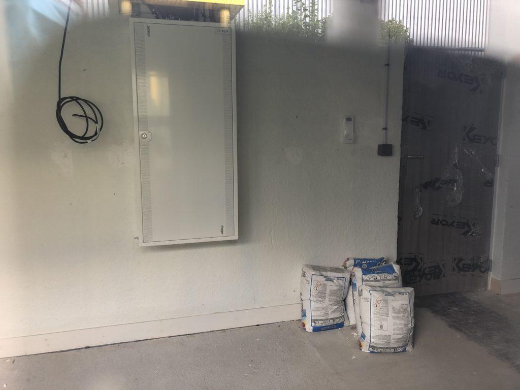 4 octobre, l'armoire électrique, vue à travers la fenêtre du futur atelier