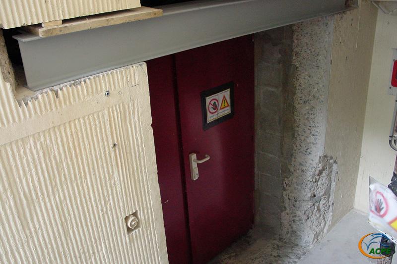 août 2001, la nouvelle porte d'accès, en bas des escaliers