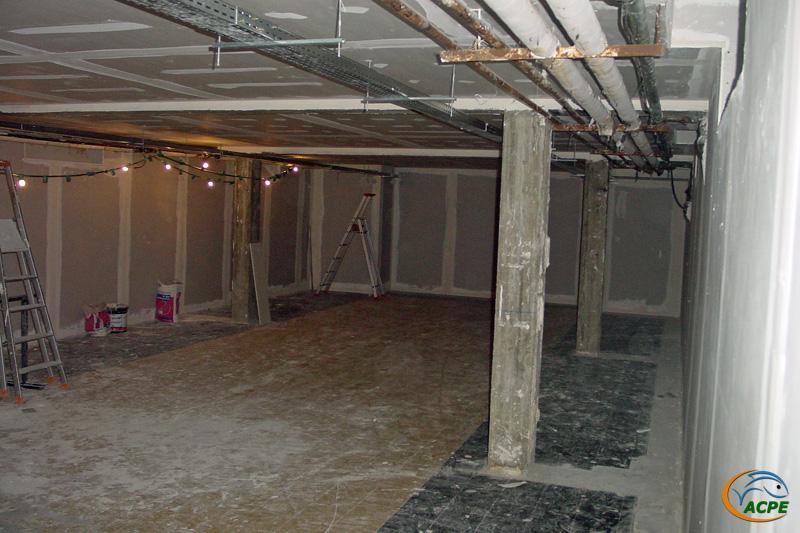 19 octobre 2001, salle d'exposition, les chemins de câbles sont posés