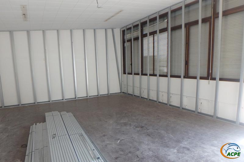 La salle d'activités avec l'ossature pour l'isolation des parois verticales