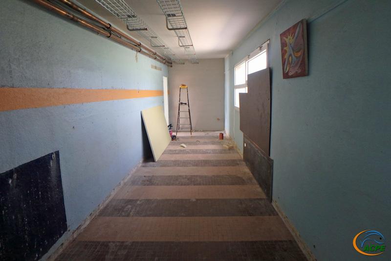 L'atelier, coté salle d'exposition avec son cloisonnement, l'ouverture d'une baie et la pose de chemins de câbles