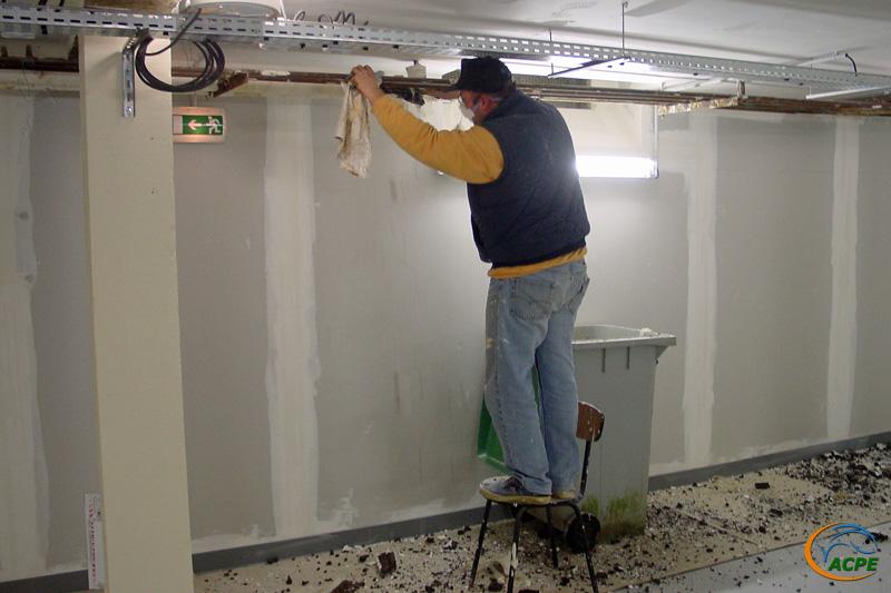 Patrick qui n'aime pas la peinture ote le calorifugeage des canalisations de chauffage.