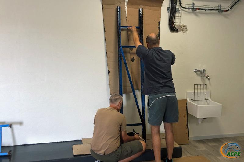 Dimanche 8 août, mise en peinture des premières échelles des rayonnages