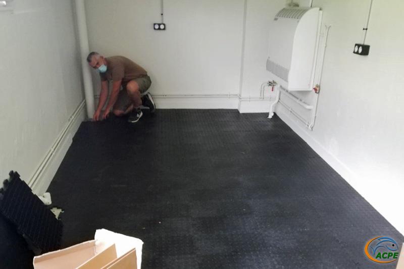 Dimanche 27 juin, Pose d'un revêtement de sol résistant au niveau de la partie atelier
